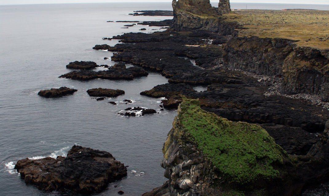 Dramatisk kystlandskap på Island