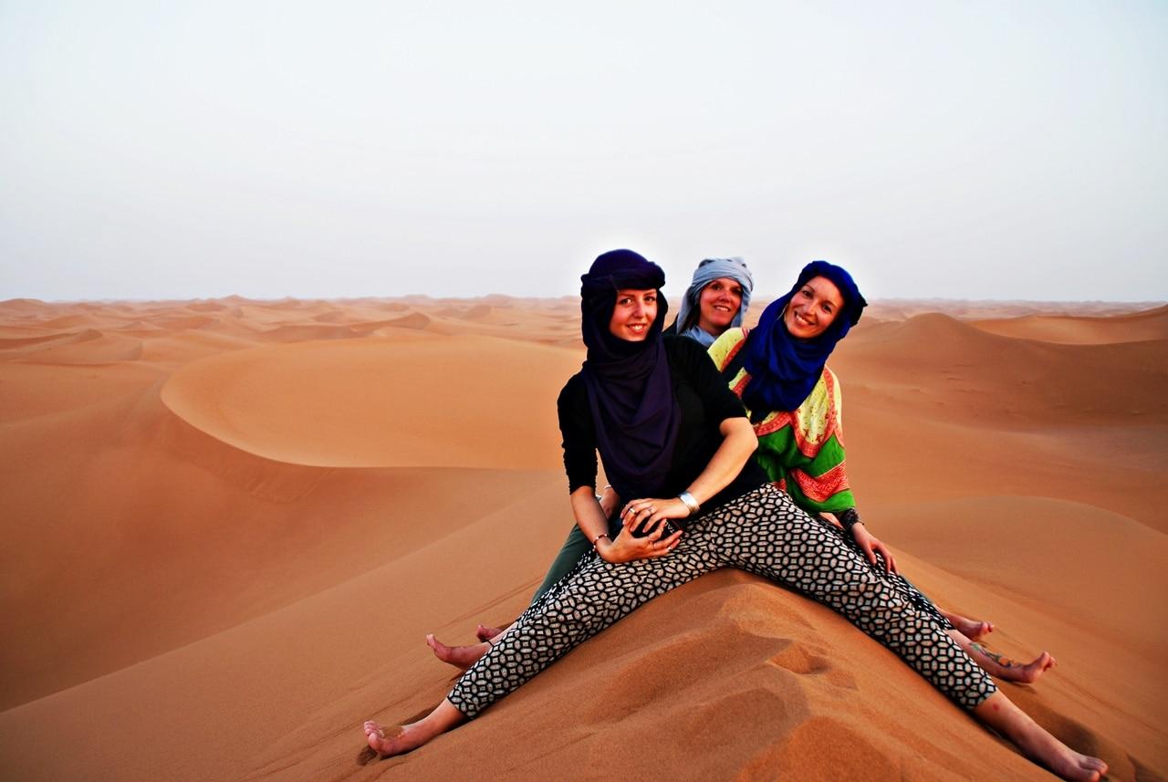 På toppen av en sanddyne i Marokko