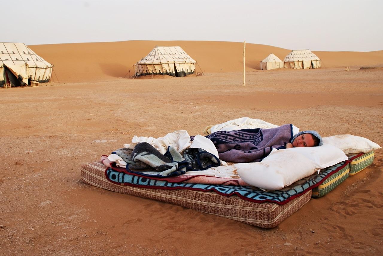 Sove under åpen himmel i Saharaørkenen