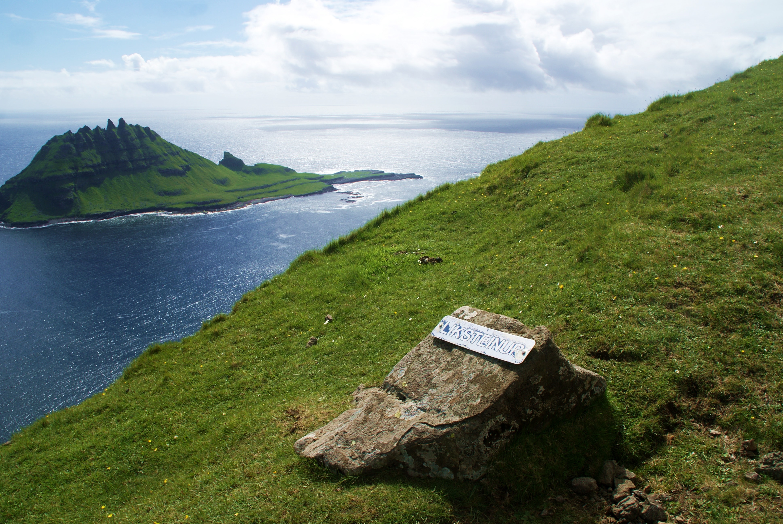 Utsikt mot havet under fottur på Færøyene
