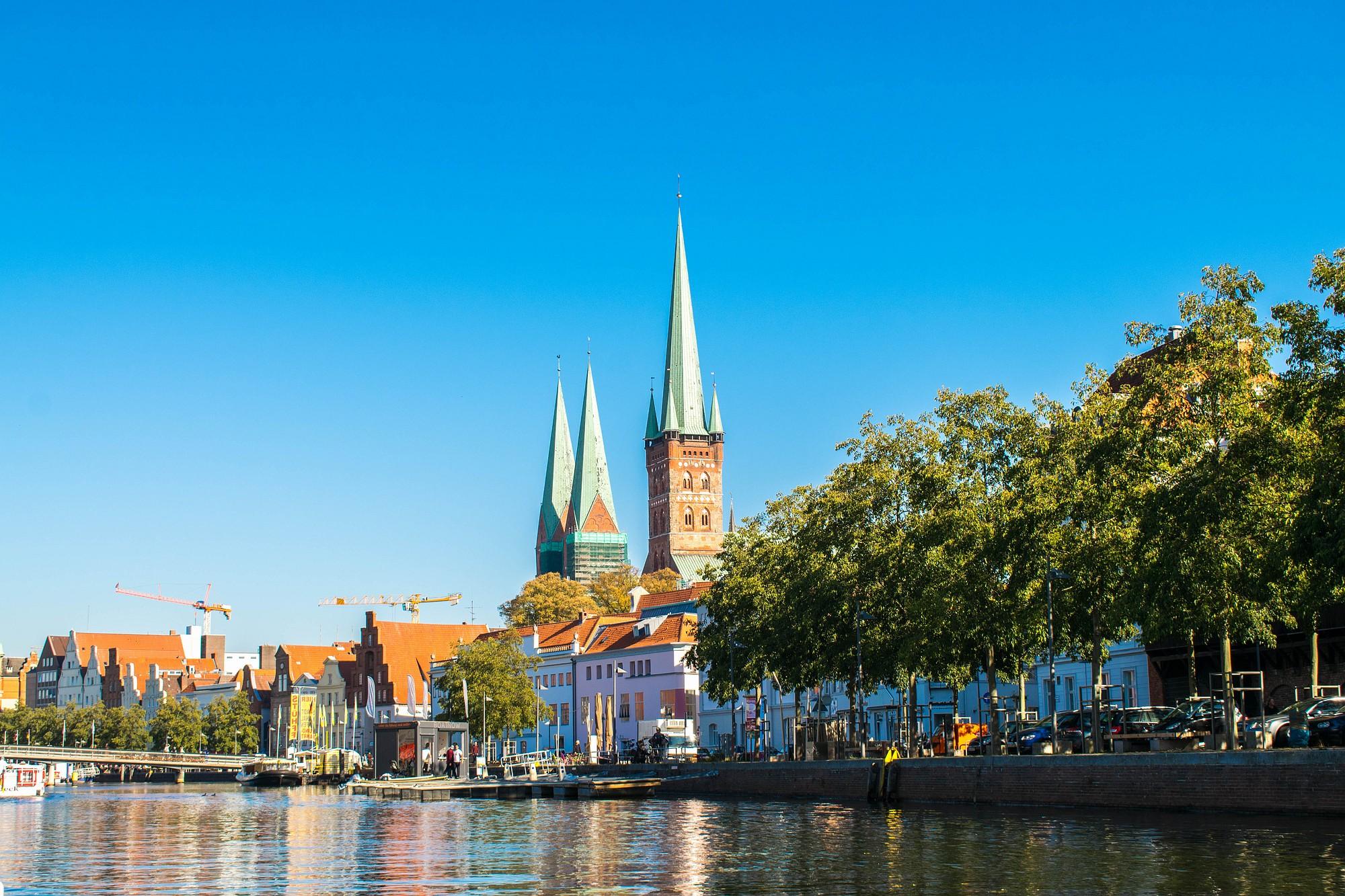 Utsikt til Lübeck fra elven Trave