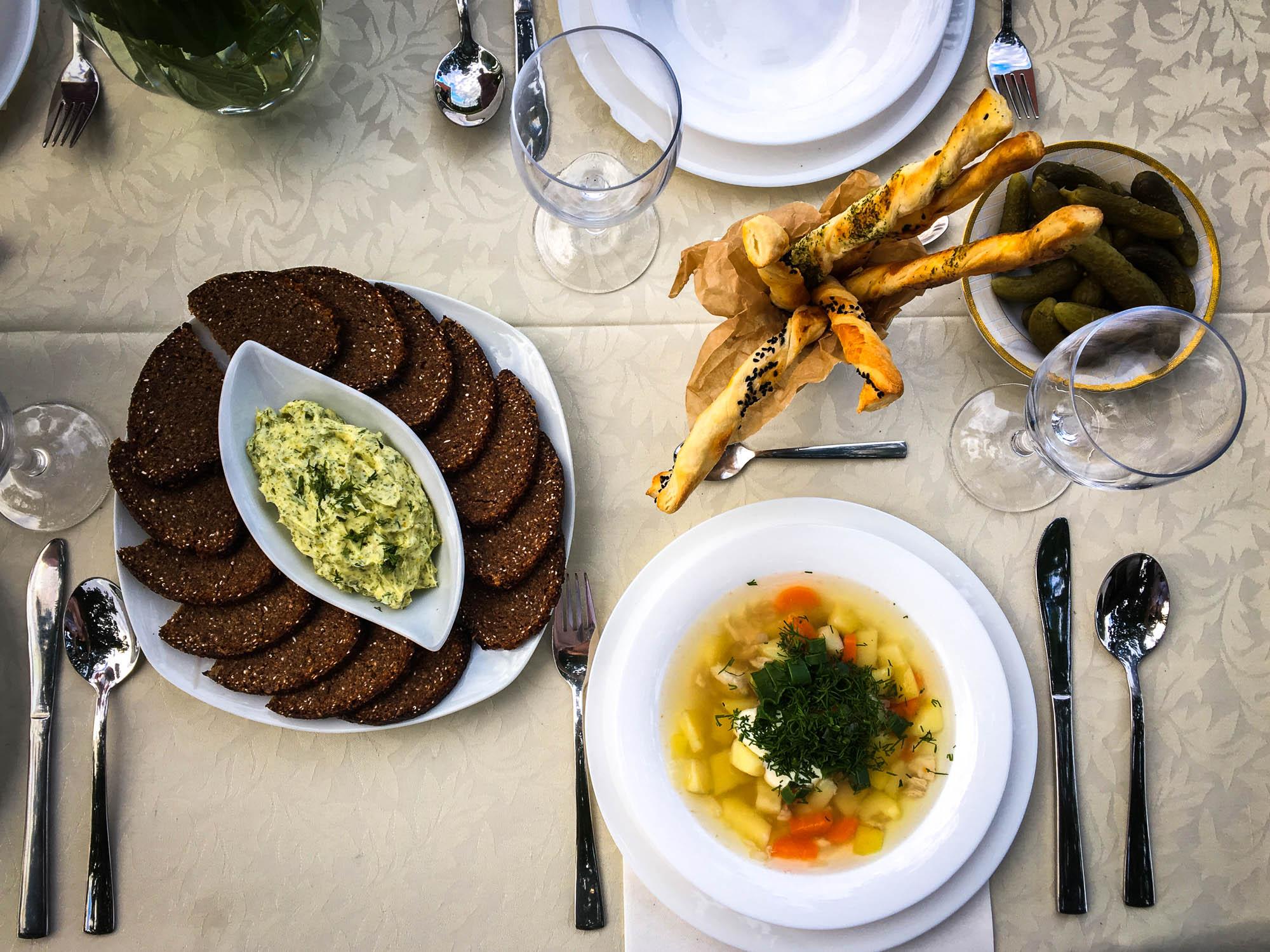 Måltid med fiskesuppe og rugbrød i Latvia