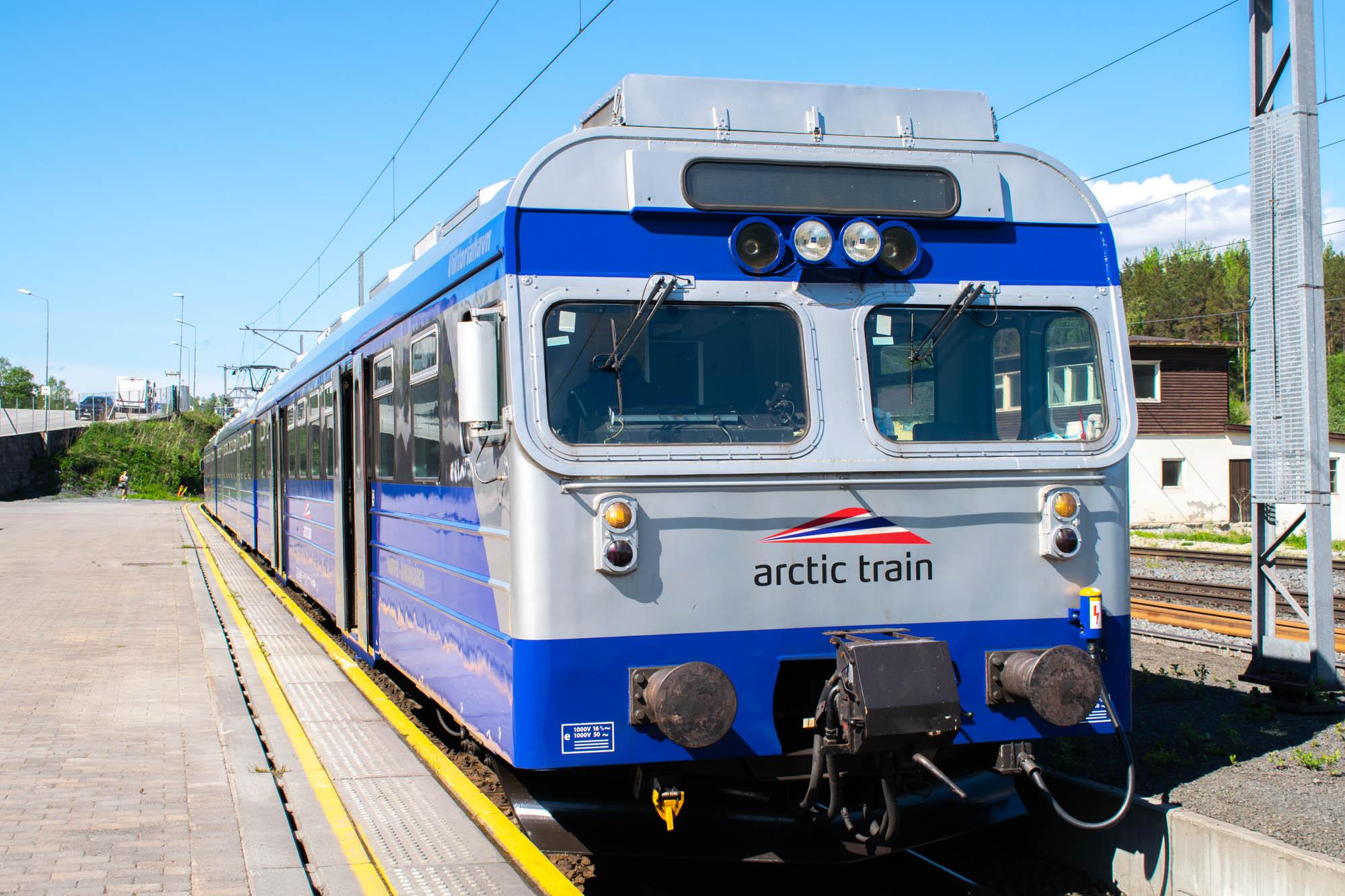 Arctic Train venter på avgang fra Narvik Stasjon
