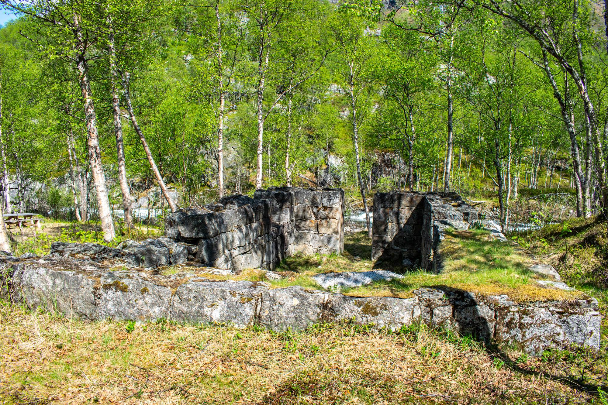 Rester etter bosetning langs Rallarveien fra Rombaksbotn